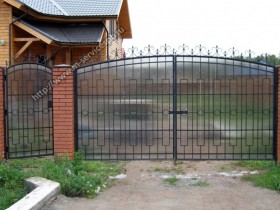 The gate is made of polycarbonate and metal rods