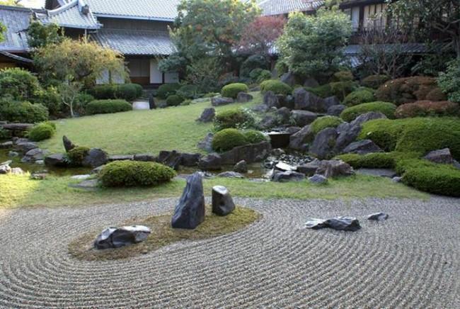 Водная поверхность в каменном саду