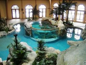Закрыты басейн з акварыумам
