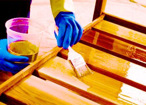 Нанесение пропитки для защиты древесины от влаги